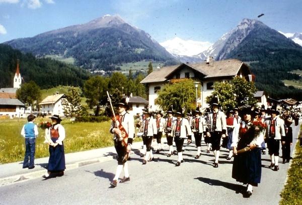 1984 - Aufmarsch zur 25-Jahr-Feier